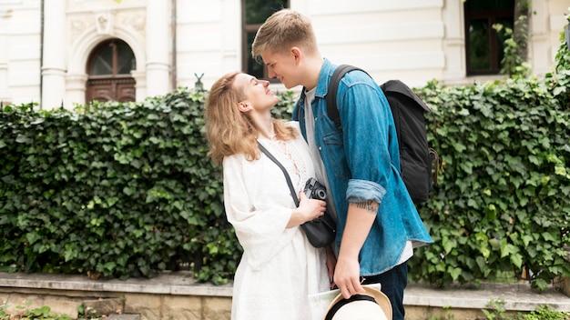 Vista lateral pareja siendo romántico