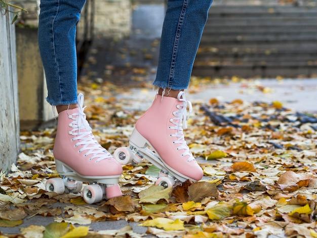 Vista lateral de patines en hojas
