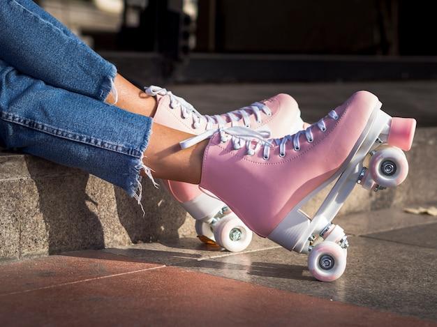 Vista lateral de patines en el pavimento