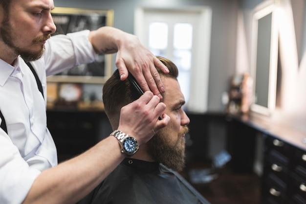 Vista lateral, peluquería, peinar, pelo, cliente