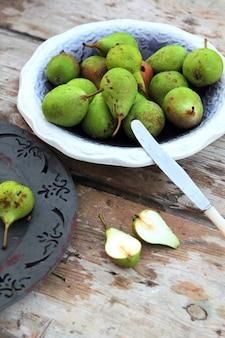 Vista lateral de peras frescas en un tazón