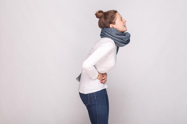 Vista lateral. períodos, mensuales, concepto de mensualidades. la mujer joven tiene estómago. tiro del estudio