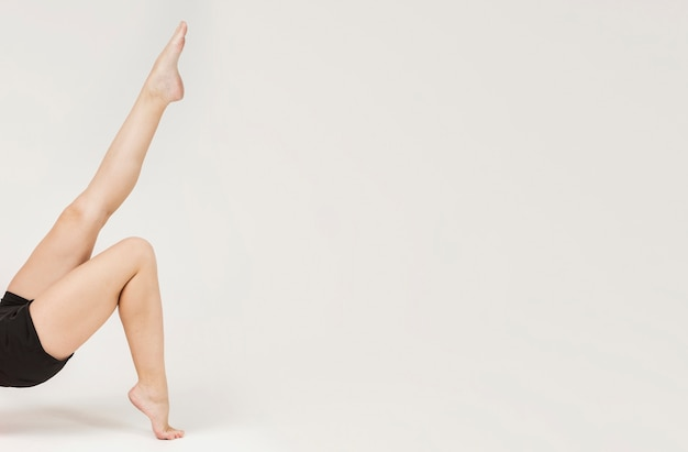 Vista lateral de las piernas de la mujer deportiva con espacio de copia