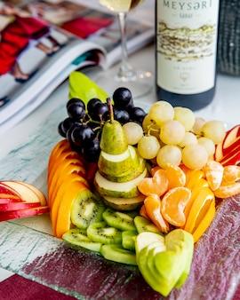 Vista lateral del plato de frutas