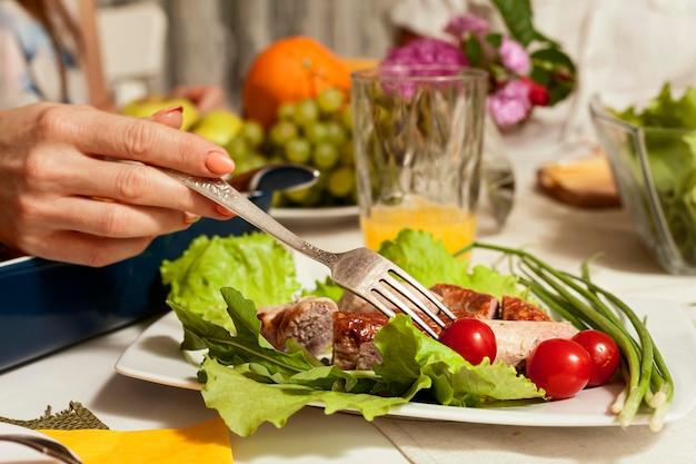 Vista lateral del plato con tenedor y verduras
