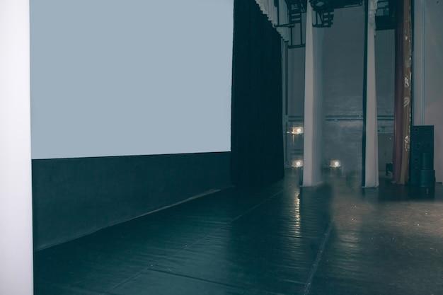 Vista lateral el podio del seminario con una pantalla en blanco. negocios y educación