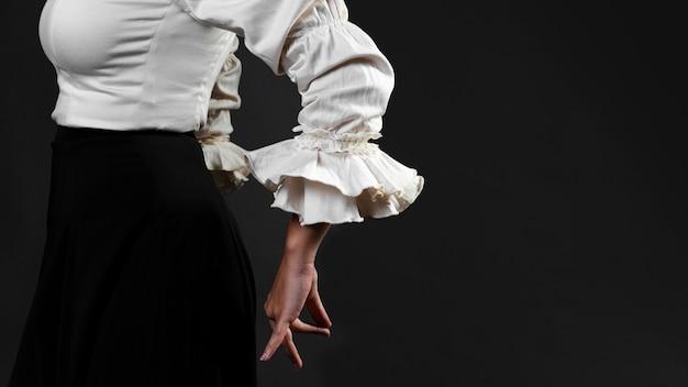 Vista lateral de primer plano de bailarina de flamenca