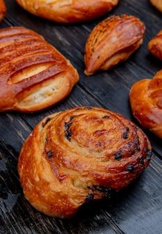 Vista lateral de productos de panadería como rollo y otros en madera