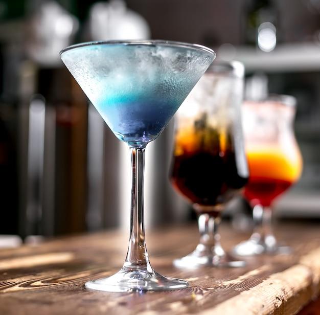 Vista lateral refrescante cóctel azul