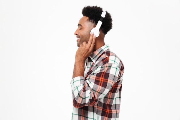 Vista lateral del retrato de un hombre afroamericano sonriente