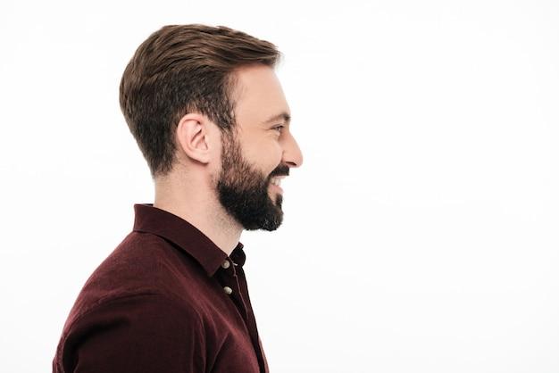 Vista lateral retrato de un hombre sonriente feliz