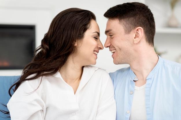 Vista lateral de la romántica pareja sonriente