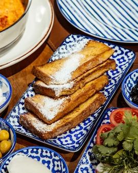 Vista lateral de sabroso pan tostado sobre la mesa