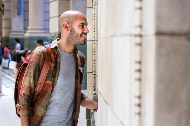 Vista lateral sonriente hombre viajando