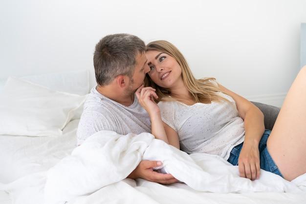 Vista lateral sonriente pareja mirándose