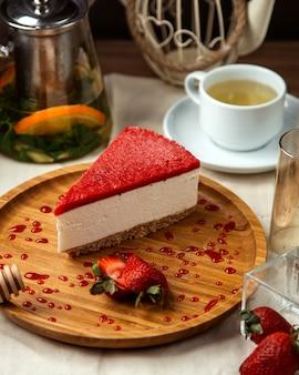 Vista lateral de tarta de fresa