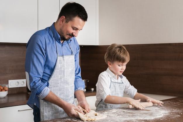 Vista lateral del tiempo en familia en la cocina