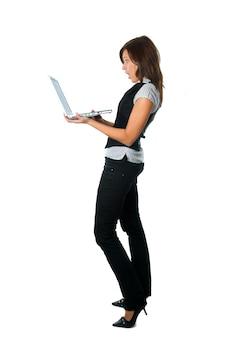Vista lateral de trabajadora sorprendida con su portátil