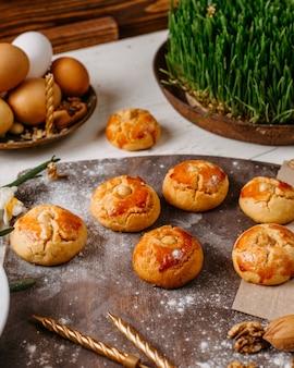 Vista lateral de la tradicional galleta de vacaciones de azerbaiyán en el rústico con nueces