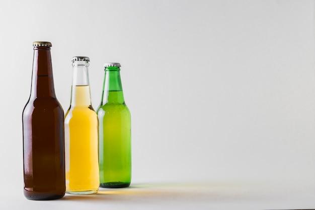 Vista lateral de tres cervezas diferentes en la mesa