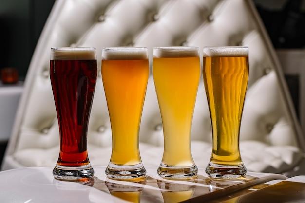 Vista lateral de una variedad de cervezas.