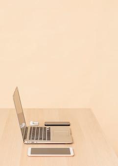 Vista lateral de varios dispositivos digitales de escritorio. Foto gratis