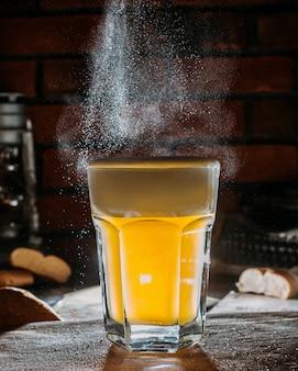 Vista lateral del vaso de cerveza light en una mesa