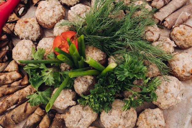Vista lateral de verduras servidas en la mesa durante el picnic
