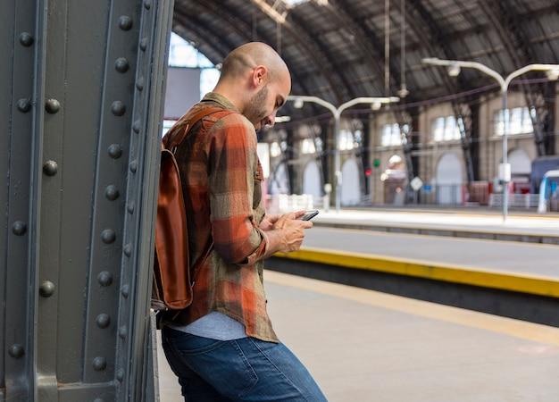 Vista lateral viajero en metro esperando metro