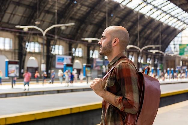 Vista lateral del viajero en el metro