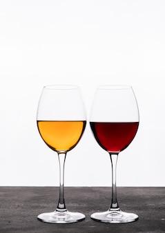 Vista lateral vino en copas en blanco vertical