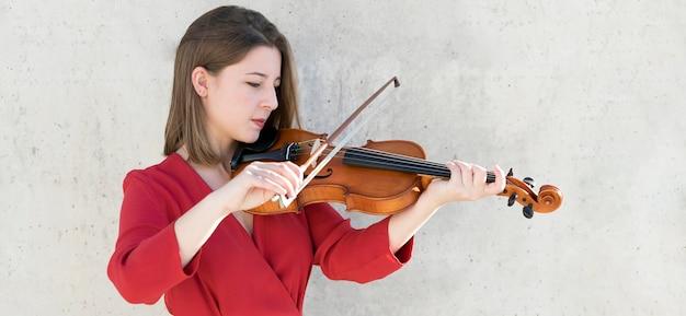 Vista lateral del violinista tocando