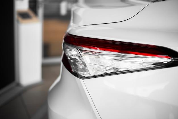 Vista lateral vista de faros de automóviles nuevos