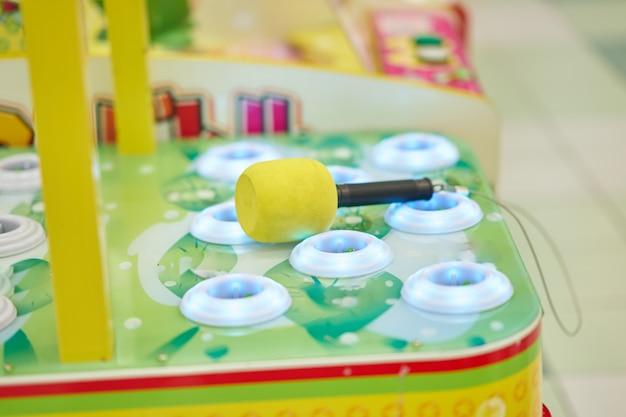 Vista lateral de whack a mole con martillo para jugar en el juego arcade