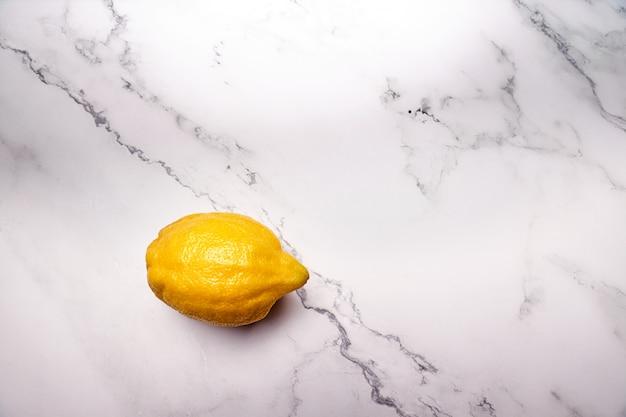 Vista de un limón amarillo entero