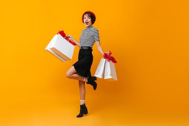 Vista de longitud completa de bailarina adicta a las compras