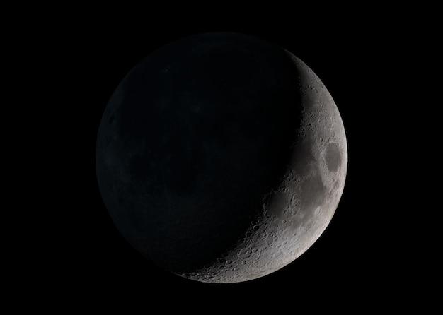 Vista de una luna creciente en el espacio con elementos de fondo de estrellas de esta imagen proporcionada por la nasa