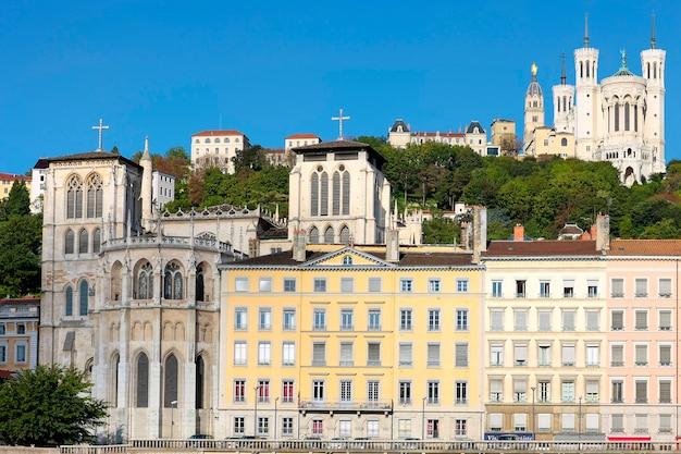 Vista de lyon con la basílica y la catedral, francia