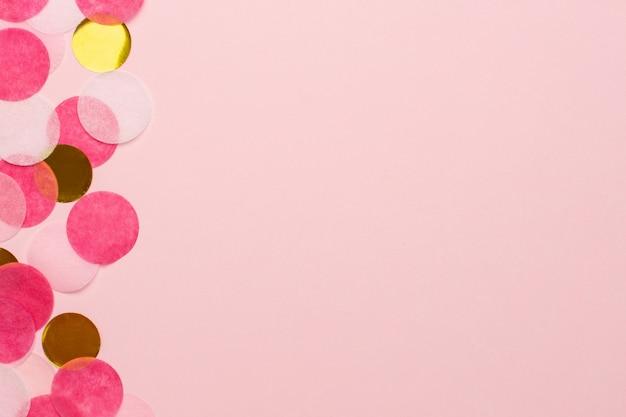 Vista macro de confeti dorado y rosa con copyspace