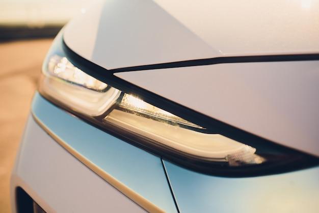 Vista macro faro de lámpara de xenón de coche azul moderno