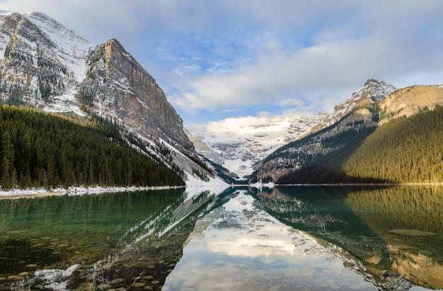 Vista de la mañana de lake louise con la reflexión de la montaña rocosa en el parque nacional banff, alberta, canadá
