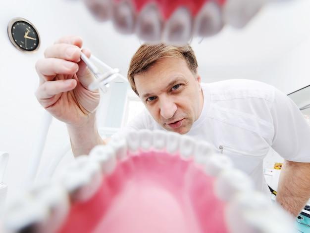 Vista desde la mandíbula del paciente al dentista.