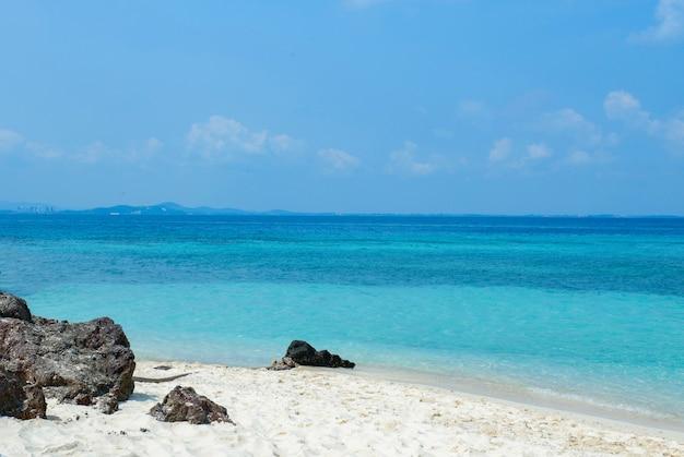 Vista del mar azul en la playa con la onda de la roca del mar en la isla