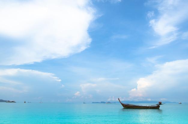 Vista del mar y el barco en vacaciones, viajes a tailandia, lipe koh.