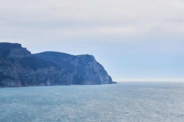 Vista del mar de invierno con un acantilado costero alto