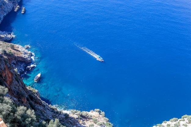 Vista del mar mediterráneo desde la antigua fortaleza de alanya. pavo. antalya