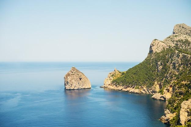 Vista del mar mediterráneo y las montañas, palma de mallorca, cabo formentor