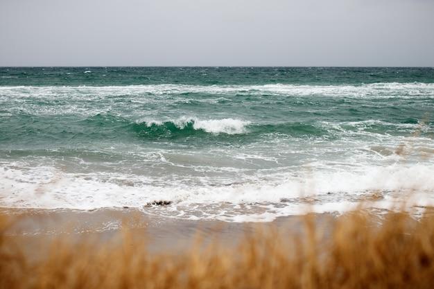 Vista del mar y las olas.