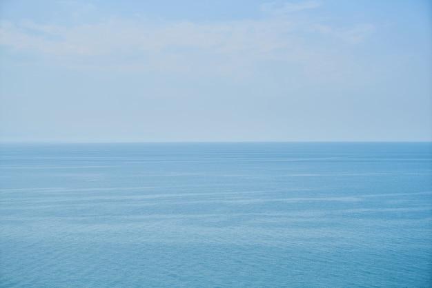 Vista del mar tranquilo con el cielo   Foto Gratis