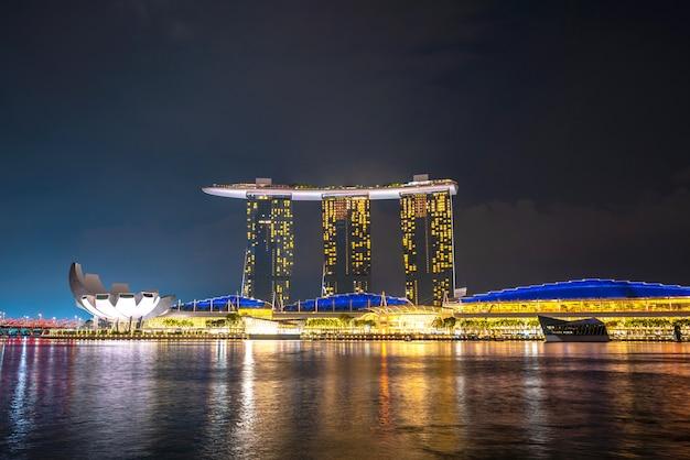 Vista de marina bay desde singapur en la noche
